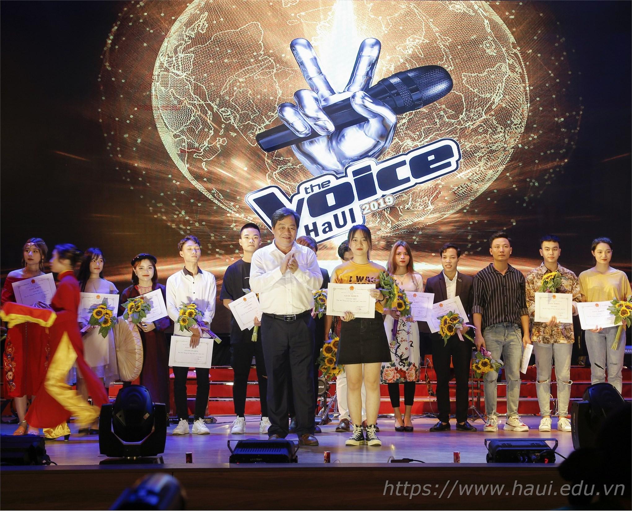 PGS.TS. Trần Đức Quý - Hiệu trưởng Nhà trường trao giải đặc biệt cho thí sinh Khương Thị Tuyến - sinh viên khoa Công nghệ Thông tin