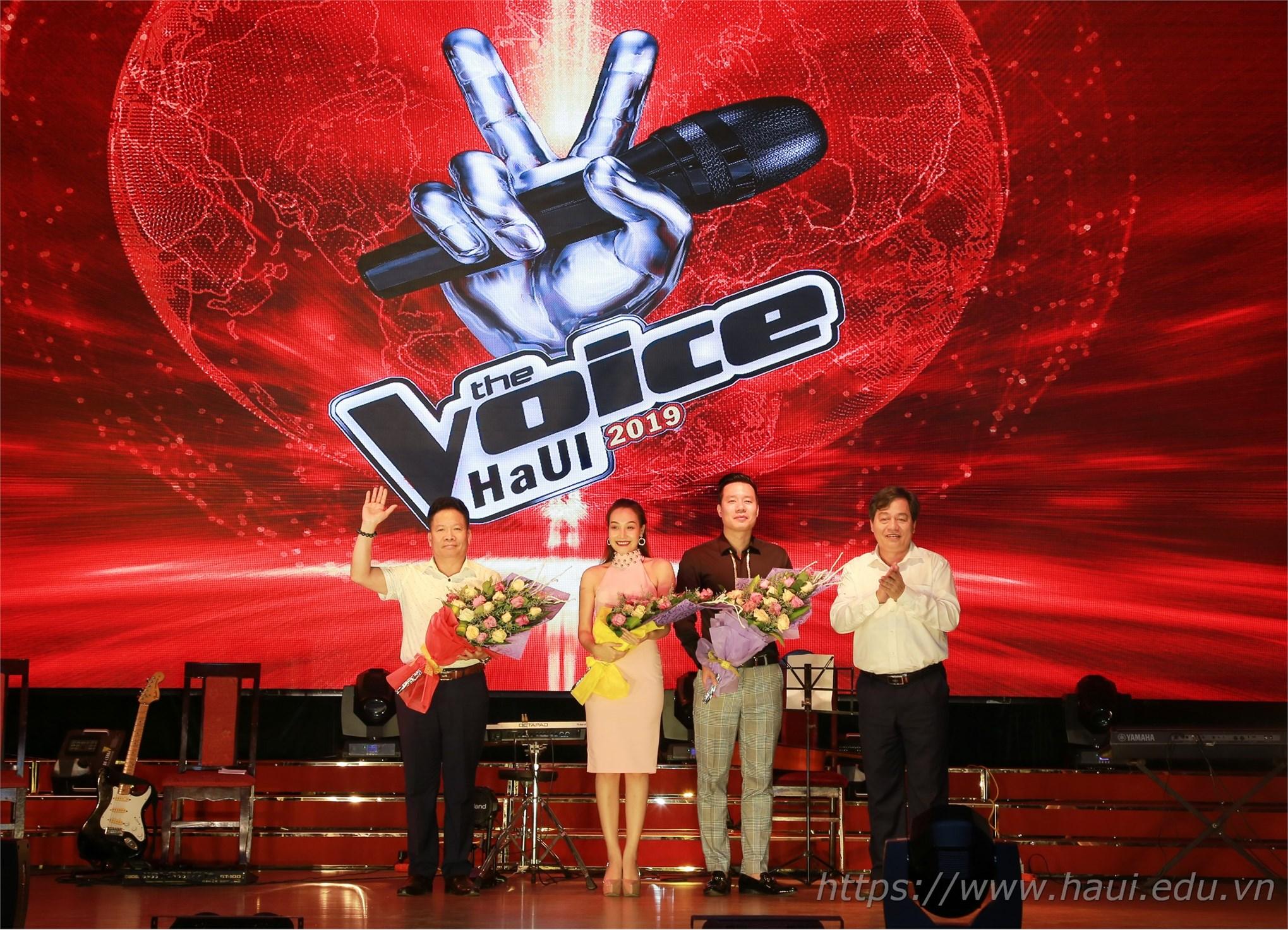 PGS.TS. Trần Đức Quý - Hiệu trưởng Nhà trường trao tặng hoa các thành viên Ban giám khảo