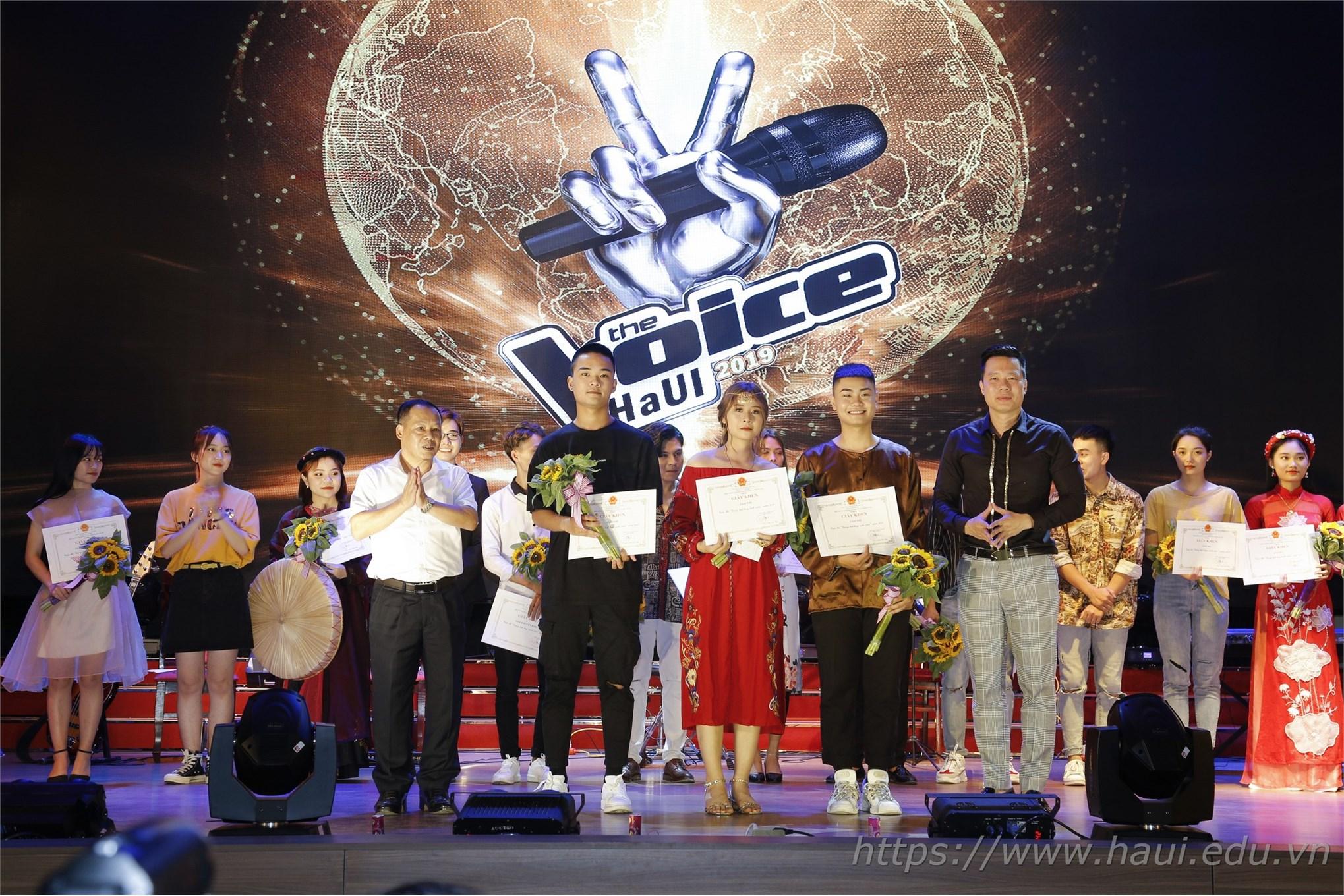 TS. Nguyễn Anh Tuấn - Phó Hiệu trưởng Nhà trường và ca sĩ Xuân Hảo trao giải Nhì cho các thí sinh