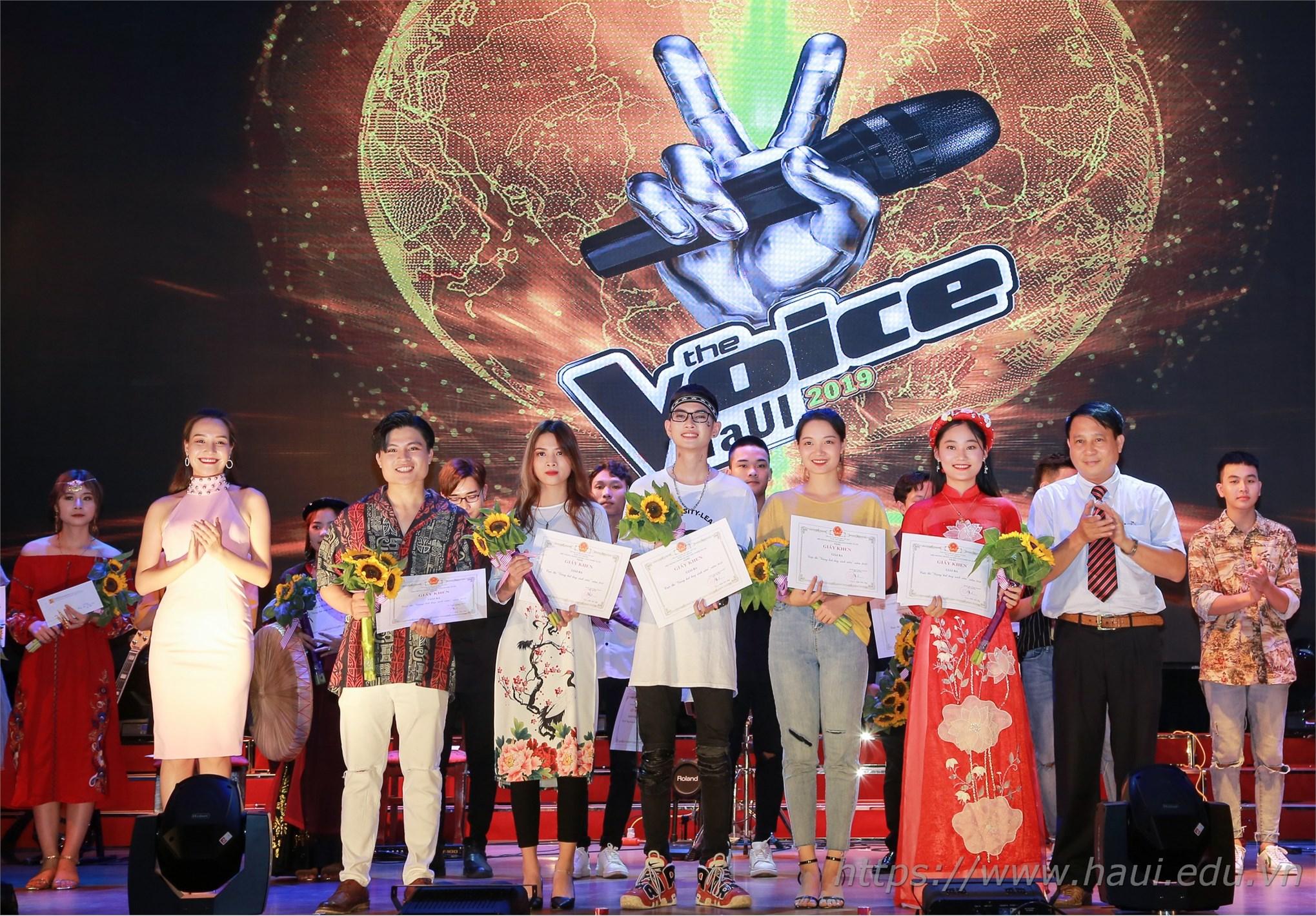 PGS.TS. Lê Hồng Quân - Chủ tịch Hội đồng trường và ca sĩ Thu Thủy trao giải Ba cho các thí sinh