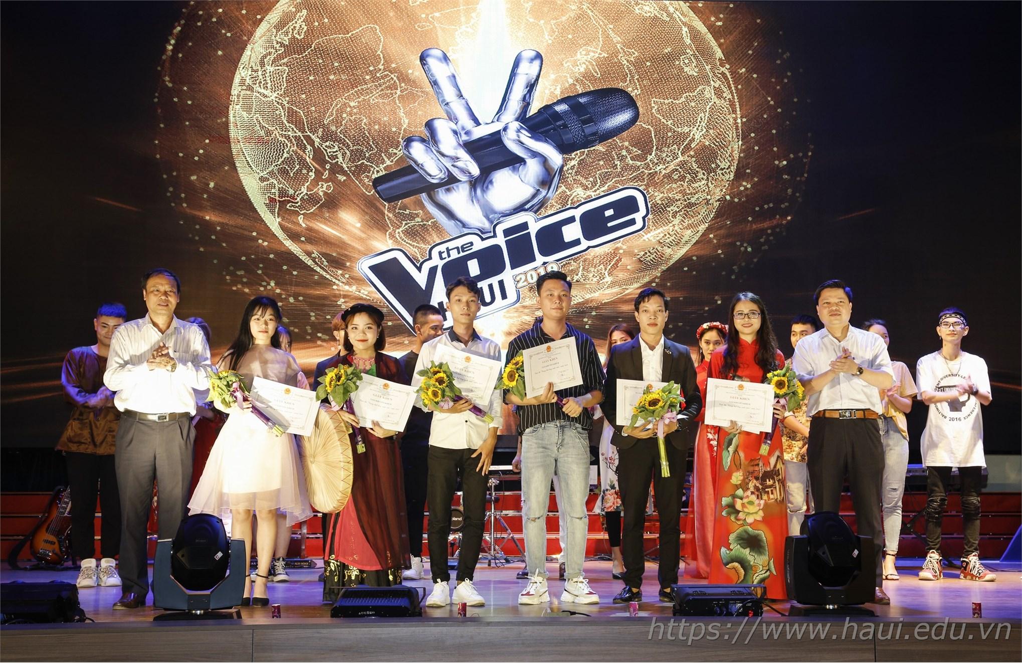 PGS.TS. Phạm Văn Đông - Chủ tịch Công đoàn trường và ông Hạ Bá Tiến - Giám đốc Trung tâm TT&QHCC trao giải Khuyến khích cho các thí sinh