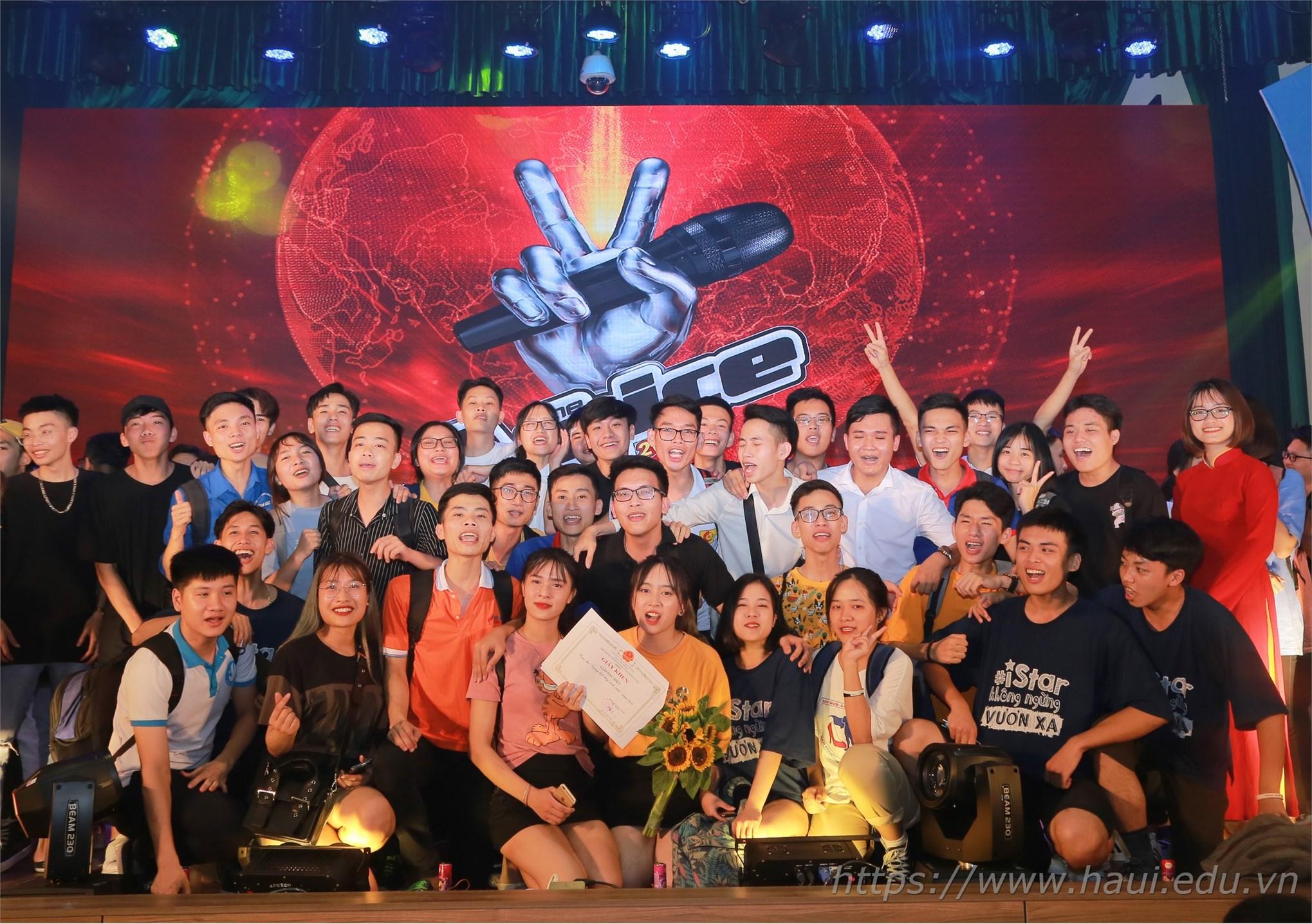 Quán quân Giọng hát hay sinh viên HaUI 2019 với các bạn sinh viên