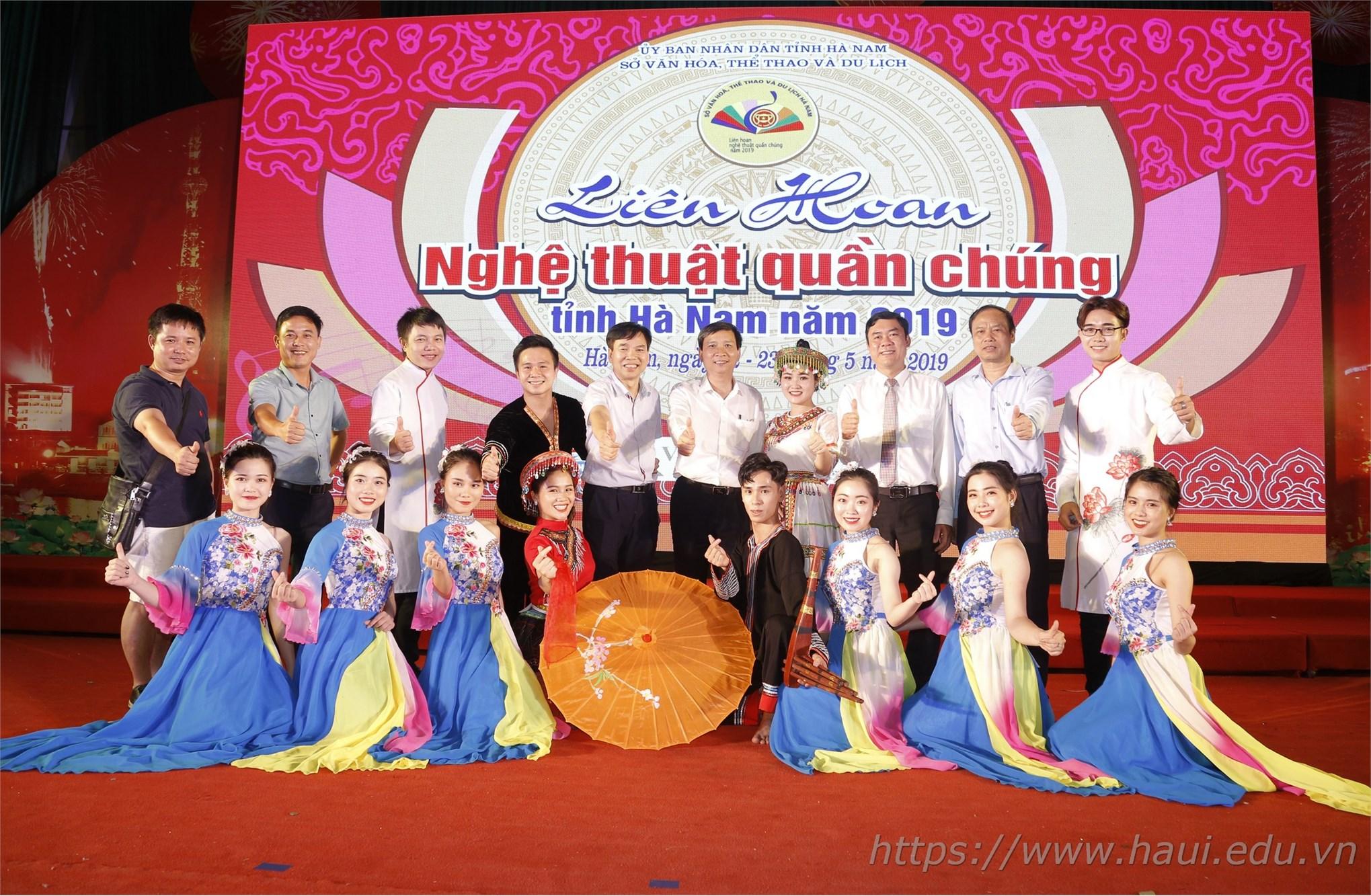 Đoàn nghệ thuật quần chúng Nhà trường chụp ảnh lưu niệm cùng Ban tổ chức tại Liên hoan Nghệ thuật Quần chúng tỉnh Hà Nam năm 2019