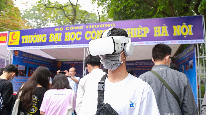 Nằm trong chuỗi các hoạt động phục vụ công tác tuyển sinh của Đại học Công nghiệp Hà Nội, Trung tâm Truyền thông và Quan hệ công chúng đã xây dựng video toàn cảnh 360 độ Đại học Công nghiệp Hà Nội và 41 video giới thiệu các ngành tuyển sinh đại học năm 2021.